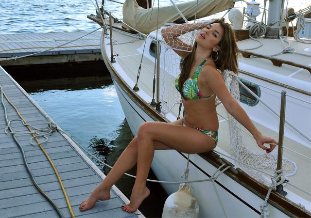 hübsche Frau auf Yacht
