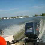 motorboot-fahren-mit-aussenborder