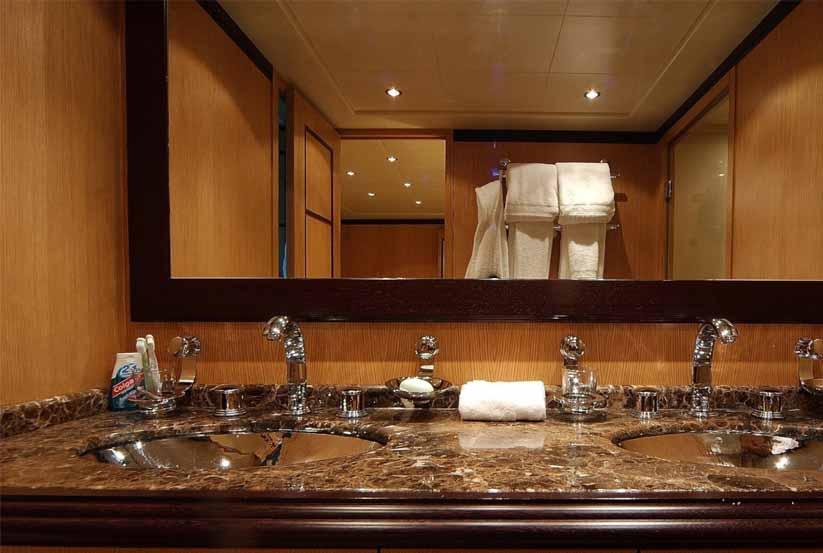 gebrauchte overmarine papillon luxusyacht kaufen gebraucht luxusyachten verkaufen verkauf. Black Bedroom Furniture Sets. Home Design Ideas